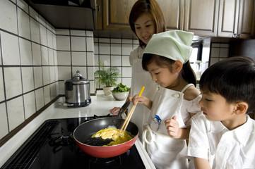 料理する親子