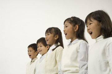 並んで立つ小学生男女5人