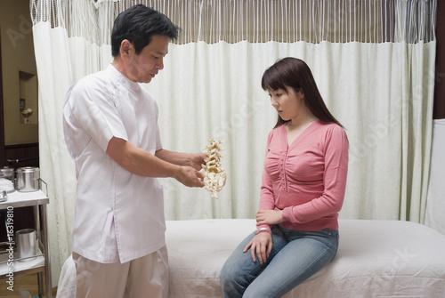 鍼灸師の問診, 背骨の模型を見せて説明