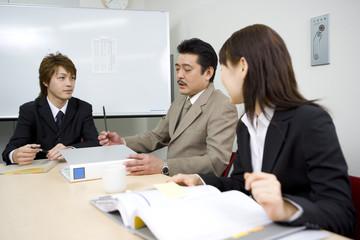 会議をする男性2人と女性1人