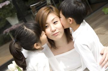 母親にキスする子供たち