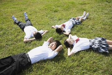 昼寝をする中学生