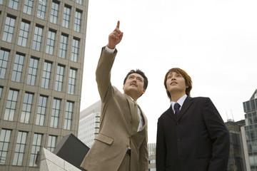 屋外に立つ男性2人