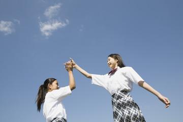 手を繋ぐ中学生達