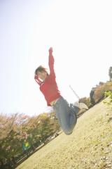 ジャンプをする若い女性