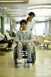 車椅子を押す女性看護士