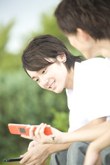 携帯電話を見る中学生