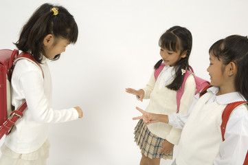 じゃんけんをする小学生の女の子3人