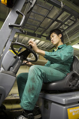 フォークリフトを運転する若い男性