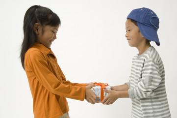 プレゼントを渡す小学生