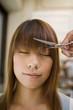 前髪をカットされる女性