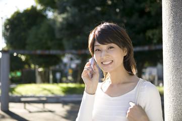 携帯電話を持つ20代, 女性