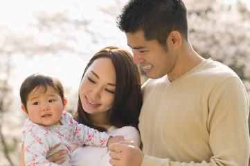 赤ちゃんを抱く夫婦
