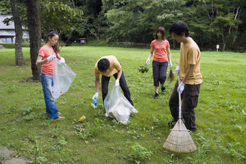 公園の清掃をする若者