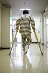 松葉杖を付く男性患者