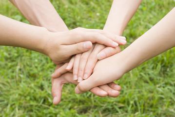 若者4人の手