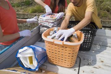 廃品回収をする若者