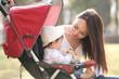 ベビーカーに乗った赤ちゃんと母親