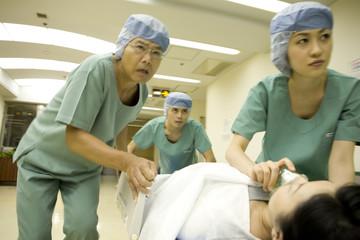 急患を搬送する看護士と医師