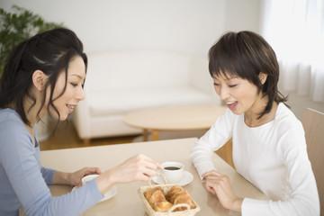 お茶をしながら談笑する20代と30代主婦