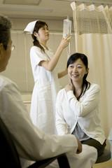 問診を受ける女性患者