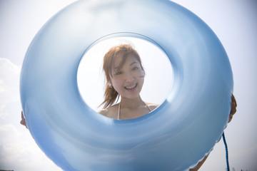 浮き輪と水着の女性