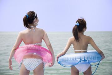 浮き輪と水着の女性二人