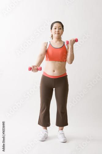 ダンベル体操をする中年女性