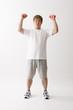 ダンベル体操をする中年男性