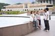 噴水の前で談笑する男女5人