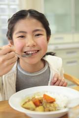 カレーライスを食べる少女