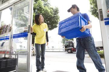 納品に来た男性と入口に立つ女性店員
