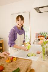 キッチンで調理する女性