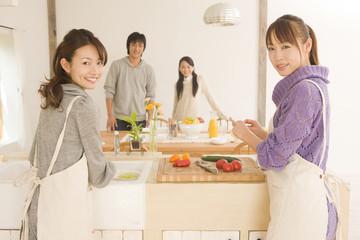 ホームパーティーの準備をする男女4人