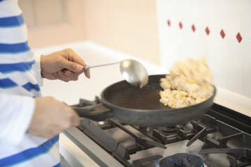炒飯を作る手
