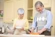 キッチンで料理をするシニアカップル
