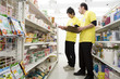 男性店員に商品陳列を指導する店長