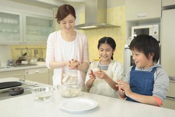 おにぎりを作る母親と子供2人