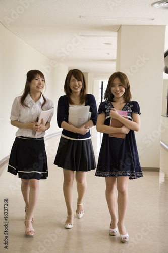 廊下を歩く女性3人