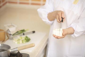 味噌汁を作る手