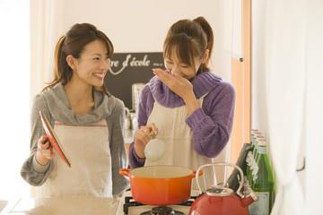 キッチンで調理をする女性2人
