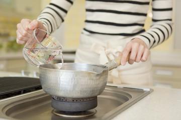 鍋で料理をする