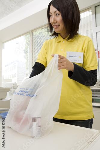 商品を袋に詰める女性店員