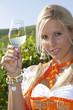 Junge Frau mit Dirndl und Weinglas