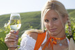 Junge Frau mit Weinglas