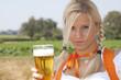 Junge Frau mit Bierglas