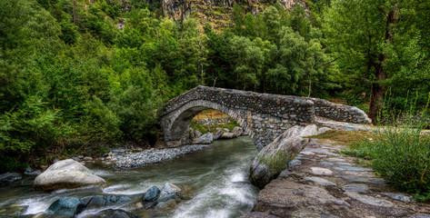 Ponte antico romano sul fiume