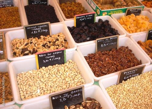 Nüsse und Trockenobst auf französischem Markt