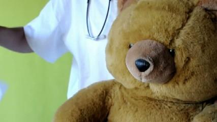 Dr. Teddy Nase putzen