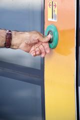 Pulsando el botón de apertura de un tranvía